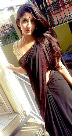 Desi Bhabhi and Desi Wives Hot Pics: Desi Aunty and Bhabhi Hot Boobs And Ass Exposing Homemade Black Women Fashion, Indian Fashion, India Beauty, Asian Beauty, Natural Beauty, Beautiful Saree, Fashion Over 50, Women's Fashion Dresses, Saree Fashion