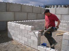 The Legioblock is a flexible concrete construction system with precast concrete blocks. Interlocking Concrete Blocks, Concrete Building Blocks, Concrete Block Walls, Building Stairs, Concrete Bricks, Concrete Houses, Concrete Crafts, Concrete Sheds, Lego Blocks