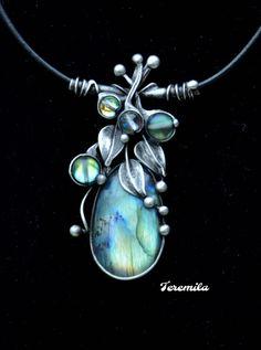 Modrásek+-+labradorit+Šperk+je+vyroben+cínováním.+Je+tvořen+jedním+velikým +labradoritem,+který+má+mimořádně nádhernou+kresbu+a+labradorescence je+tónovaná+do+modra+se+zlatými+odstíny. +Tento+kámen+má+mimořádnou+kvalitu neboť+jeho+záblesky+jsou+intenzivně+viditelné+ze+všech+stran.+Kámen je+velký+3,5+x+2+cm.+Dekorativnost+a+jedinečnost+tohoto+šperku+přináší...