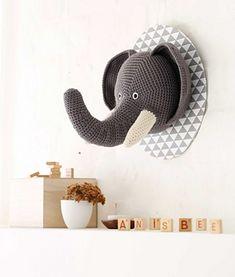 Trophée de safari pattern by Anisbee Anisbee Kawaii Crochet, Crochet Owls, Crochet Elephant, Crochet Home, Cute Crochet, Crochet Animals, Beautiful Crochet, Crochet Patterns, Animal Head Decor