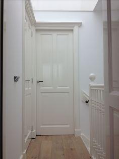 De muren wit geschilderd en de paneeldeuren 9010 hoogglans zodat de deuren eruit springen!