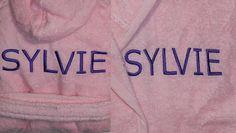 Silvie in het paars geborduurd op roze badjasje www.borduurkoning.nl/shop