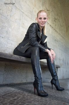 To be dominated by a woman in leather is an amazing thing! To be fucked by a woman in leather with a strap-on is sensational! Sexy Boots, Black Boots, High Boots, Leather Fashion, Fashion Boots, Sexy Stiefel, Botas Sexy, Leder Outfits, Shiny Leggings