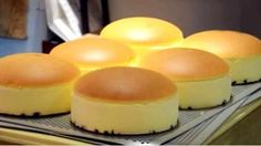 Fluffy, Jiggly Japanese Cheesecake The jiggly cheesecake has been popularized in Japan, they start with lining the pan with raisins, then there is the cheesecake then a very smooth rounded top. The key is to bake Japanese Jiggly Cheesecake Recipe, Japanese Cotton Cheesecake, Dessert Chef, Dessert Recipes, Food Cakes, Cupcake Cakes, Cake Cookies, Note E Anote, Decoration Patisserie