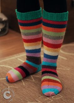 L A N K A H E L V E T T I : Päättelijän painajaismaiset raitasukat Crochet Socks, Knit Crochet, Knitting Wool, Wool Socks, Winter Accessories, Projects To Try, Crafts, Rainbows, Knits