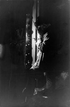 Schweißen einer Spundwand/MLK. Der fertige Mittellandkanal erhält eine Dammverstärkung mittels Spundwänden. Das Bild zeigt das Elektroschweißen der Bohlen unter der Stiftsalleebrücke in Minden. Aufnahme aus dem Jahr 1932.