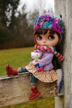 High up on the fence is a good place to dream.just Sparrow and her kitty. Tiny Dolls, Ooak Dolls, Blythe Dolls, Barbie Dolls, Pretty Dolls, Beautiful Dolls, Kawaii Doll, Reborn, Valley Of The Dolls