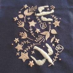 できた✨ これは新書の中の valentine heart という図案の応用編。 色を変えて楽しんでほしい図案。 鳥だけ違う色にするのがオススメ。 #embroidery #刺繍 #handmade #needlework #linen #wool #woolstitch #stitch #刺绣