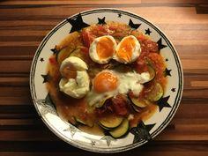 Weiche Eier auf Zucchini(-Tomatenragout) Aus dem Glyx-Kochbuch.