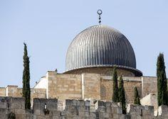 Jerusalém (TPS) – O Tribunal de Magistrados de Jerusalém condenou Sheikh Khaled Mughrabi a 11 meses de prisão, com adicional de seis meses de pena suspensa, por incitação de ódio contra judeus. Mughrabi, que foi condenado em três acusações de incitamento ao racismo, rotineiramente praticava discursos religiosos na Mesquita Al-Aqsa, filmava e enviava para o…