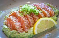 Mikuni Garlic Salmon- Lightly seared raw salmon, garlic avocado sauce, green onions, sesame seeds Salmon Recipes, Fish Recipes, Seafood Recipes, Asian Recipes, Recipies, Cooking Recipes, Ethnic Recipes, Healthy Salt, Healthy Food