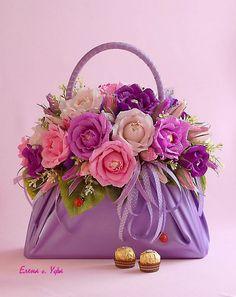 DIY Beautiful Handbag Style Candy Flower Basket from Cereal Box Flower Bag, Flower Basket, Flower Boxes, Beautiful Flower Arrangements, Floral Arrangements, Beautiful Flowers, Deco Floral, Floral Design, Rosen Box