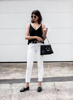 Chica usando mocasines con pantalón blanco y blusa negra