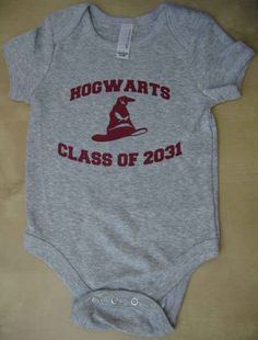 Harry Potter cute baby clothes from ETSY - Mode pour enfants Little Babies, Cute Babies, Babies Stuff, Baby Boys, Carters Baby, Hogwarts Classes, Baby Gifts, Baby Shower Gifts, Harry Potter Baby Shower