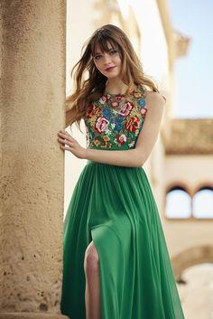 vestidos largos, propuesta fresca para boda de verano o de primavera, largo vestido verde con bordados de flores en la parte superior