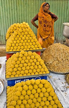 Street Food in India.The sweet balls, it is a real delight.one ball after your meal will definitely will make your day World Street Food, Street Food Market, Art Indien, Comida India, Amazing India, World Cultures, India Travel, People Around The World, Indian Food Recipes
