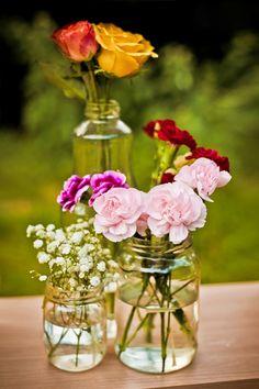 Centrinhos de mesa dos convidados com rosas amarela, vermelha, rosa pink.