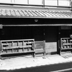 Все меньше в Киото таких старых домов с откидными скамьями-прилавками. Через пару десятилетий они исчезнут все а память о них останется только в фотографиях и музейных макетах. #история #Киото #дом #архитектура #торговля #магазин #лавка #Япония #скамья #прилавок #улицы #прогулкипоКиото #этоЯпония