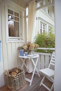 Schwedenhasu bauen: Der überdachte Eingangsbereich ist so großzügig gestaltet, dass sogar Tisch und Stühle noch Platz finden.