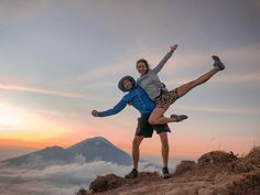 Mount Batur sunrise trek is an incredible experience. If breathtaking views and an endorphin high is up your alley, then read this post first. Active Volcano, Rainy Season, How To Stay Awake, Adventure Tours, Best Couple, Tour Guide, Need To Know, Trek, Bali