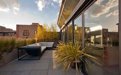 sonnige Dachterrasse mit Ziergräsern und trockenheitstoleranten Pflanzen begrünen