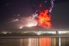 チリ南部プエルトバラスから撮影した、噴煙と溶岩を吐くカルブコ火山(2015年4月23日撮影)