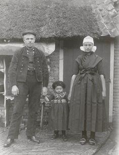 Klaas Klooster, Lijsje Klooster-Vissscher en hun dochter Margje Klooster uit Rouveen. Dat Klaas een Rouvener is kan men zien aan de gebloemde knopen aan zijn jas (Staphorster mannen dragen effen knopen) Lijsje draagt de kerkdracht voor de zware rouw (toefmuts van batist, zwart zijden schouderdoek etc.) Margje draagt de 'nette' (zwarte kindermuts). ca 1915 #Overijssel #Staphorst