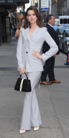 Anne Hathaway arrived at the studios of The Late Show with Stephen Colbert in an Adeam blazer and trousers with lace-up details. Celebrity Outfits, Celebrity Style, Anne Hathaway Style, Orange Pumps, Look Street Style, Carine Roitfeld, Manolo Blahnik Heels, Amal Clooney, Vogue