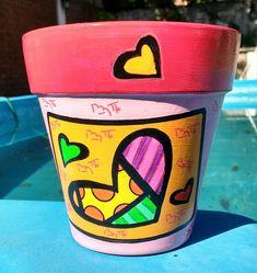 #pinturadecorativa Painted Clay Pots, Painted Flower Pots, Hand Painted, Clay Pot Crafts, Diy Clay, Pottery Painting, Diy Painting, Clay Flower Pots, Cement Pots