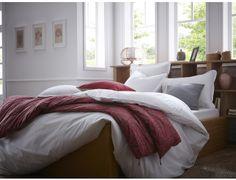 Parure de lit SIMPLICITES GOURMANDES BLANC. Housse de couette unie blanche en percale de coton de qualité supérieure (80 fils/cm²) avec passepoil de couleur.