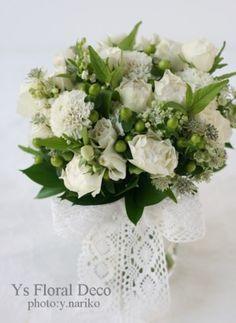 GW中にオルバン教会さんへお届けしました白いお花のクラッチブーケ。バラ2種、スズラン、スカビオザ、アストランティア、などを使用しています。 新婦さんのお...