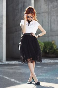 Black and white outfit wearing a polka dots tulle midi skirt with basic tshirt and black flats. Such a classic and girly look!