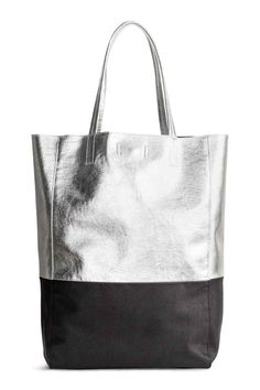 Bolso shopper: Bolso shopper bicolor en tejido suave. Modelo con dos asas y cierre magnético oculto arriba. Sin forrar. Medidas 9x27x39 cm.