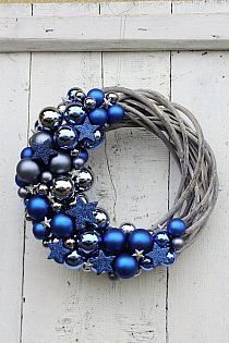 🦌 Christmas wreath inspiration with silver balls and blue ⛄ Christmas decorations and interior decoration inspiration . Christmas Makes, Noel Christmas, Homemade Christmas, Christmas Ornaments, Silver Christmas, Blue Christmas Decor, Christmas Swags, Burlap Christmas, Christmas Villages