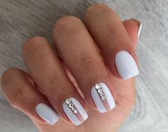 Nails in white gel: A range of ideas to adopt a very chic winter nail art Symbolizing purity, in winter, white is associated with snow and flakes. That's why white gel nails are a favorite during the cold season. The gel pol. Elegant Nail Designs, White Nail Designs, Short Nail Designs, Nail Art Designs, Nails Design, White Gel Nails, White Nail Art, White Short Nails, White Manicure