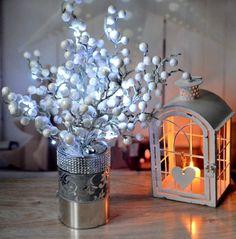 Svítící+dekorace+Zasněžený+keř+Svítící+stromeček+v+v+plechové+dekorované+nádobě+v+moderním+stylu.+Stromeček+bude+krásně+zdobit+váš+interiér+přes+den+zhasnutý+a+večer+vykouzlí+útulnou+vánoční+atmosféru+osvětlený....+Výška+:+45+cm+Barvy:+bílá,+stříbrná,+šedá+Osvětlení+stromku+na+2+tužkové+AA+baterie+(baterie+nejsou+součástí+dekorace)