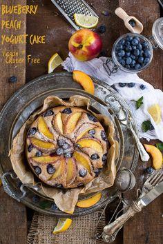 BLUEBERRY PEACH & YOGURT cake VEGAN + GLUTENFREE. Delicious and amazing decadent #eggfree #dairyfree healthy fruit pie | Torta PESCHE, MIRTILLI e YOGURT VEGAN + SENZA GLUTINE. Senza zuccheri raffinati, senza uova, senza burro. pochi ingredienti, sana, veloce e deliziosamente bella questa torta è perfetta per la colazione e non solo.