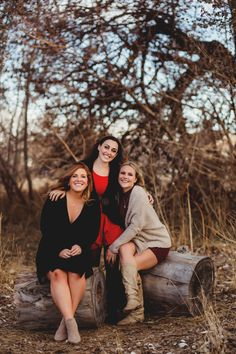Eventhough your kids are grown adults, there's no need to stop doing Family Photos! Teenage Family Photos, Adult Family Pictures, Country Family Photos, Family Photos What To Wear, Winter Family Photos, Outdoor Family Photos, Family Portrait Poses, Family Picture Poses, Family Posing