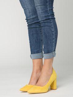Zapato Amelia Mostaza - Zapato de ante en color mostaza. Tacón ancho de aproximadamente 8 Cm de alto. - Calzado que marca tendencia a precios económicos de Presagio Boutique. Gastos de envío gratis a partir de 45€ y envío en 24/48h.