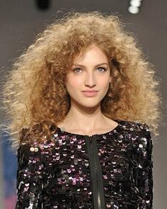 15 Curling Iron Tricks to Try to Keep Your Curls Perfect . Fall Fashion Week, Autumn Fashion, Runway Hair, Tight Curls, Curled Hairstyles, Fall Hair, Hair Trends, Healthy Hair, Hair Inspiration