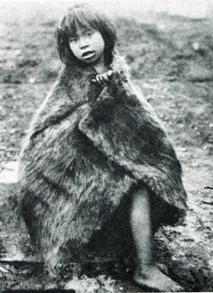 "Niña alacalufe con capa de piel. Fotografía de Martín Gusinde. 1920 aprox. En: ""Los indios de Tierra del Fuego: los Halakwulup"""". Martín Gusinde. Editorial C.A.E.A .1986. American Indians, Native American, Chile, Southern Cone, Australian Aboriginals, Melbourne Museum, 12 Tribes Of Israel, Historical Pictures, People Of The World"