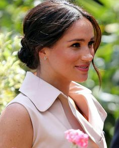 Meghan, Duchess of Sussex smiles as she arrives to meet Graca Machel, widow of the late Nelson Mandela on October 2019 in Johannesburg, South Africa. The Duke last met with Mrs Machel during his visit to South Africa in Sarah Harris, Meghan Markle Photos, Meghan Markle Style, Kate Middleton, Blonde Pixie, Kate And Meghan, Prince Harry And Meghan, Princess Meghan, Zooey Deschanel