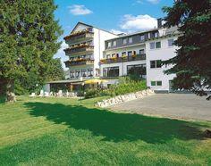 Hotel Schoos is een gezellig en gastvrij driesterren familiehotel in de Eifel met mooie wellnessfaciliteiten en een uitstekende ligging. Hotel Schoos ligt op ca. 5 km van het plaatsje Prüm, aan de bosrand met een eigen groot wildreservaat. In Prüm kun je gezellig winkelen en de oude basiliek en abdijen bezichtigen. Dagexcursies zijn een uitstapje naar de oudste stad van Duitsland Trier, de maren bij Daun en de vulkaankraters tussen Daun en Manderscheid. Officiële categorie ***