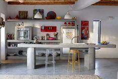 reforma cocina en vivienda rehabilitada, muebles e isla de obra, techos de madera y suelo microcemento