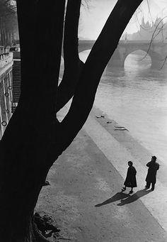 photo noir et blanc fraçaise : Marc Riboud, quais de la Seine, Paris, 1953