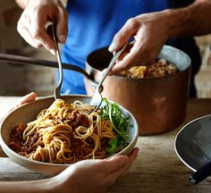 Joe Wicks' post-workout spaghetti bolognese is a simple yet classic bolognese: perfect family food. Great for freezing too. Healthy Italian Recipes, Healthy Pastas, Easy Healthy Recipes, Quick Easy Meals, Healthy Cooking, Healthy Foods, Healthy Eating, Bodycoach Recipes, Joe Wicks Recipes