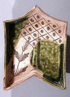 ORIBE .Dish in the Shape of an Arrow's Fletching  Momoyama period (1573–1615) early 17th century  Japan Medium: Stoneware with underglaze iron brown and copper-green glaze (Mino ware, Oribe type)。MET Collection