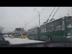 Весенний снегопад в Киеве 2013, большая пробка троллейбусов. Падал первый снег 23 марта). Видео пробки онлайн, шторм, буря на дорогах и улицах.