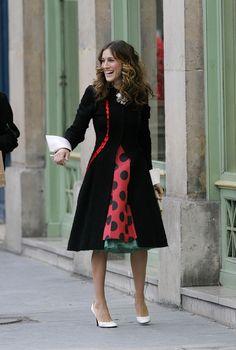 Carrie Bradshaw dans Sex and The City avec une jupe rouge à pois noirs - 1