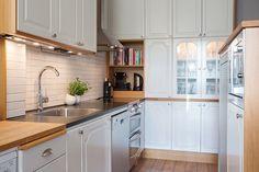 белая классическая кухня угловая с пеналом